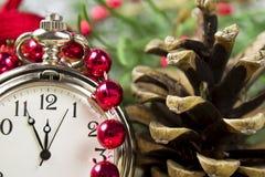 Klok en Kerstmisdecoratie Stock Foto