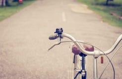 Klok en rem uitstekende fiets stock afbeelding