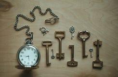 Klok en sleutels Stock Foto's