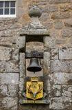 Klok en wapenschild bij Cowdor-Kasteel royalty-vrije stock afbeeldingen