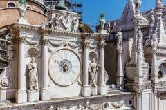 Klok in het Hof van het Hertogelijke Paleis van Venetië, Italië stock afbeeldingen