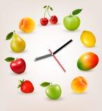 Klok met fruit Het concept van de dieettijd Stock Afbeeldingen