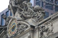 Klok met standbeelden Royalty-vrije Stock Foto's