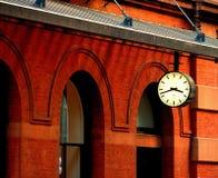 Klok naast bakstenen muur in NYC Stock Foto