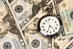 Klok op Contant geld Stock Afbeeldingen