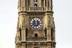 Klok op de belangrijkste toren van het stadhuis van Wenen (Worstje Rathaus) Stock Fotografie