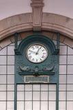 Klok op de muur bij het station van Saobento in Porto stock foto