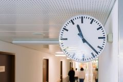Klok op de muur Grote ronde klok stock foto's