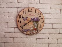 Klok op de muur voor achtergrond Stock Afbeeldingen