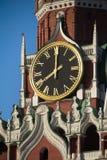 Klok op de toren. Het Kremlin in Moskou, Rusland Royalty-vrije Stock Afbeeldingen