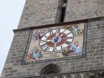 Klok op de toren van de Zwarte die Kerk, in Gotische styl wordt gebouwd Stock Afbeeldingen