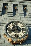 Klok op een achtervolgd kasteel stock fotografie
