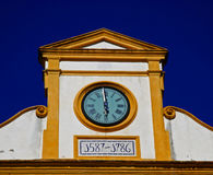 Klok op een kerk in Sevilla Stock Fotografie