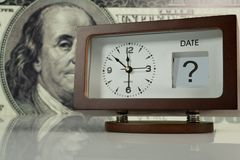 Klok op grote dollarachtergrond Stock Foto's