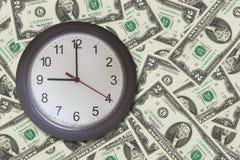 Klok op het patroon van de de dollarrekening van de contant geldmaand backgrount Royalty-vrije Stock Fotografie