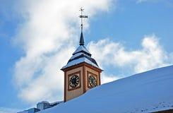 Klok op kerktoren in de winter stock afbeeldingen