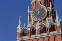 Klok op Spasskaya-Toren van Moskou het Kremlin stock afbeeldingen