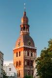 Klok op Toren van de Koepelkathedraal van Riga in Riga, Letland zonnig stock foto's