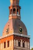 Klok op Toren van de Koepelkathedraal van Riga in Riga, Letland zonnig stock fotografie