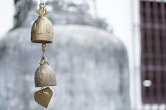 Klok van de de Klokkengelui de kleine wind van de metaalwind in de tempel thailand Stock Afbeelding