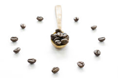 Klok van koffiebonen wordt gemaakt op witte achtergrond, liefdekoffie die Royalty-vrije Stock Fotografie