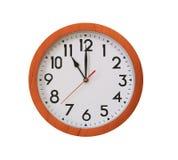 klok van patroon bruin hout in elf die uur op wit worden geïsoleerd stock afbeeldingen