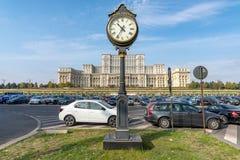 Klok voor het Ceausescu-Paleis in het centrum van Boekarest in Roemenië royalty-vrije stock foto's