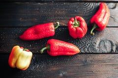 Klok zoete Spaanse pepers over bovenkant op houten achtergrond Royalty-vrije Stock Foto