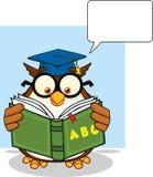 Kloka Owl Teacher Cartoon Mascot Character som läser en abcbok- och anförandebubbla royaltyfri illustrationer