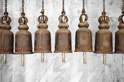 Klokken in een Boeddhistische tempel stock afbeeldingen