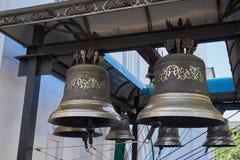 Klokken met een mooi ornament Klokken die op een metaalstraal worden gehangen Stock Foto