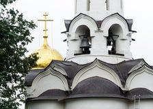 Klokken van de Kerk van de Afdaling van de Heilige geest op de Apostelen van de Heilige Drievuldigheid Lavra van St Sergius stock afbeeldingen