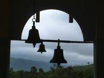 Klokken van donder bij Pali-tempel, Pali, Maharashtra, India stock foto's