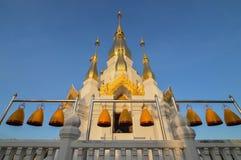 Klokken voor de tempel in de ochtend Royalty-vrije Stock Foto's