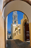 Klokketoren in de hoofdstad van fira op het Griekse eiland van santorini mening van boog royalty-vrije stock fotografie