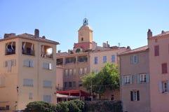 Klokketoren en huizen bij St Tropez stock afbeelding