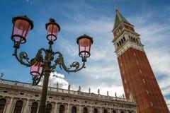 Klokketoren en straatlantaarn op St. het Vierkant van het Teken, Venetië royalty-vrije stock afbeelding