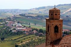 Klokketoren en van het land landschap van Marchigian-heuvels Royalty-vrije Stock Foto's