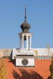 Klokketoren met een klok op de bouw van de kerk in de museumreserve Oude Sarepta Volgograd Stock Foto