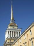 Klokketoren met gouden dak stock afbeelding