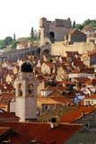 Klokketoren, Minceta-toren en huizen met rode tegels in Dubrovnik, Kroatië Stock Fotografie