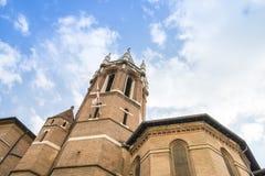 Klokketoren onder een blauwe hemel in Rome stock foto's