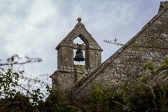 Klokketoren op een oude, landelijke, steenkerk Stock Afbeeldingen