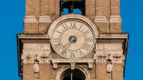 Klokketoren op Neo klassieke museagebouwen timelapse stock video
