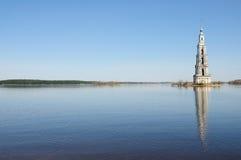 Klokketoren op rivier Volga, Kalyazin, Rusland Stock Foto's