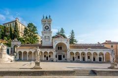 Klokketoren in Udine op Liberta-plaats stock foto
