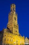 Klokketoren van Brugge bij nacht stock fotografie