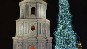 Klokketoren van de erfenis van Unesco van Heilige Sophia Cathedral Monastery door Kerstboom stock footage