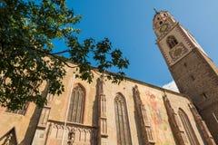 Klokketoren van de Kathedraal van Merano - Italië/Detail van de klokketoren van de Kathedraal van Sinterklaas in Merano, Bolzano, stock afbeeldingen