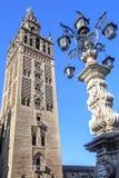 Klokketoren van de Kathedraal van Sevilla en Monumentale fontein, Sevil stock afbeelding